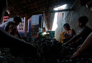 FTA: Beawiharta: Workers use pairs of scissors to cut the skins of snakes