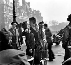 Love artworks: Kiss by the Hôtel de Ville, 1950, by Robert Doisneau