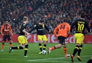 shakhtar: Robert Lewandowski of Borussia Dortmund scores