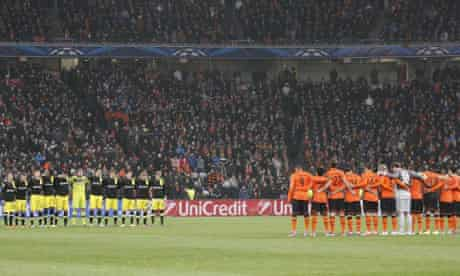 Champions League players in Donetsk observe a minute's silence after a plane crash