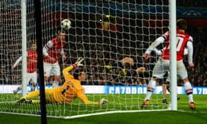 Thomas Muller scores Bayern second goal.