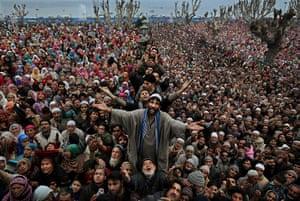24 hours: ashmiri Muslims offer prayers