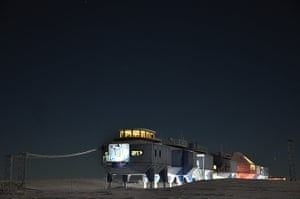 Halley VI: Halley VI at night