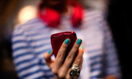 holds holding phone iphone