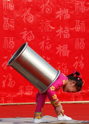 Lunar New Year: A girl performs an acrobatic show during the temple fair in Beijing