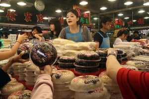 Lunar New Year: Taiwanese shoppers at a traditional market in Taipei