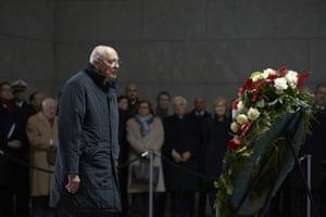 The Italian president Giorgio Napolitano stands in front of the wreath in the Neue Wache memorial.