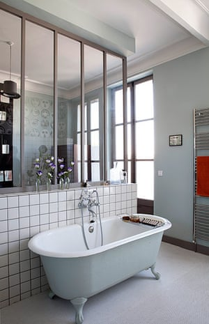 Homes - Fifties Scent: bathroom with mirrored wall and rolltop bath