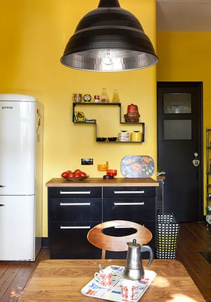 Homes - Fifties Scent: kitchen with yellow walls and black cupboards