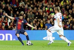 Barcelona v Milan: Barcelona's David Villa scores