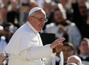 Inaugural Mass: Pope Francis waves to crowds as he arrives