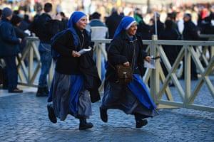 Inaugural Mass: Pilgrims run into St Peter's square