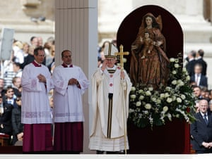 Inaugural Mass: Pope Francis blesses the faithful