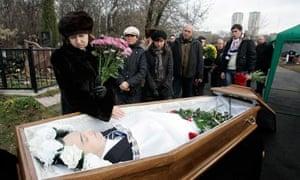 Widow Zharikova grieves over husband Magnitsky's body