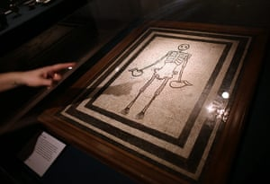 Life and death in Pompeii: Skeleton mosaic