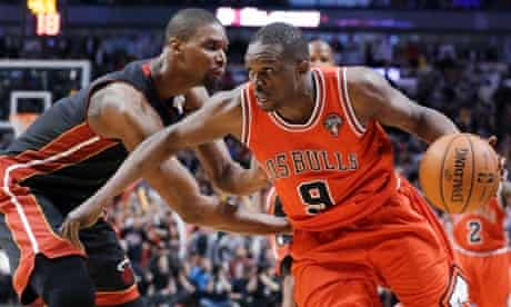 Chicago Bulls forward Luol Deng, right, drives against Miami Heat center Chris Bosh during the second half of an NBA basketball game in Chicago on Wednesday, March 27, 2013. The Bulls won 101-97, ending the Heat's 27-game winning streak. (AP Photo/Nam Y. Huh)