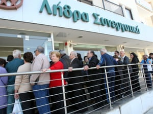 epa03643429 Perople wait in a long queue outside a branch of the COOP Bank in Nicosia, Cyprus, 28 March 2013.