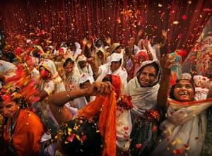Holi festival: Indian widows throw flowers in Vrindavan