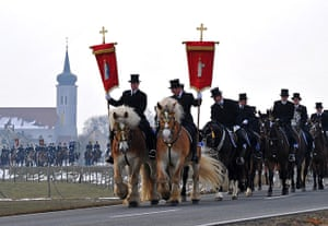 Easter Sunday: Men of the Sorbian community ride on decorated horses