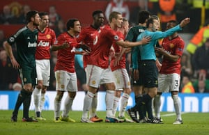 United v Real Madrid 2: Manchester United players remonstrate with the referee