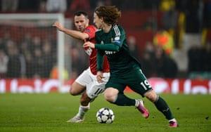 Man Utd v Real Madrid: Ryan Giggs twists Luka Modric inside out