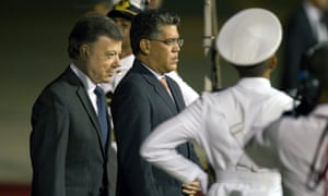 epa03614593 Colombian president Juan Manuel Santos (left) arriving in Caracas on 7 March 2013.