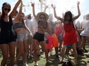 Coachella: Festivalgoers dance in the heat