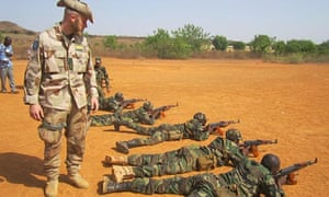 Malian soldiers practise shooting under the supervision of a Swedish instructor