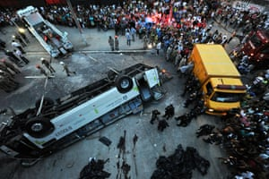 People surround a bus which fell from a bridge with a height of 15 meters in Rio de Janeiro, Brazil. The accident left 7 people dead and 11 injured.
