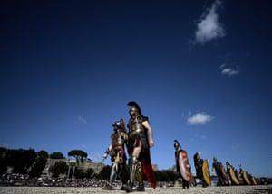 The birth of Rome: Men belonging to historical groups parad