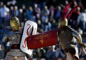 The birth of Rome: Men belonging to historical groups fight