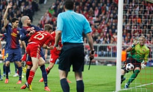 Thomas Muller heads past Victor Valdes to put Bayern one up