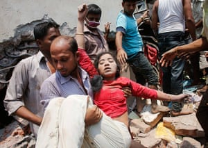 Building collapse: People rescue a garment worker