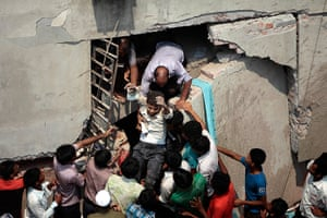 Building collapse: rescuers find victims