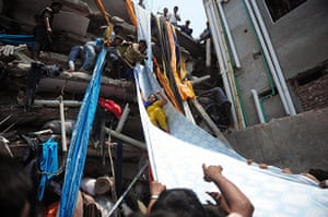 Building collapse: Bangladeshi garment workers help victims