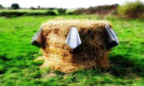 L'Uritonnoir … the plug-in straw-bale urinal