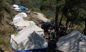 一个临时叙利亚 - 土库曼难民营,距离叙利亚 - 土耳其边境几公里。叙利亚境内有300多万境内流离失所者,邻国有140多万难民。