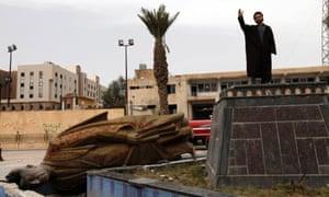 Hafez al-Assad statue pulled down in Raqqa, Syria