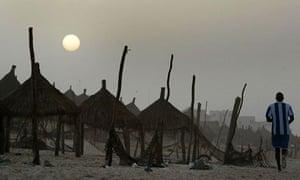 塞内加尔慢跑者在日落时沿着海滩跑