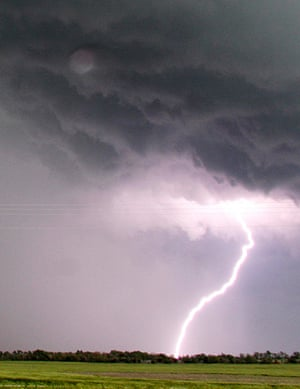 Tornado in USA: Lightning from a tornadic thunderstorm passing over Clearwater, Kansas stri