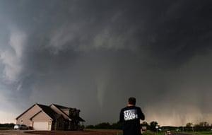 Tornado in USA: Storm chaser Brad Mack records a tornado