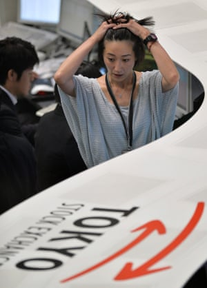 A Tokyo Stock Exchange employee gestures after the closing of the afternoon trading session in Tokyo, Japan, 23 May 2013.