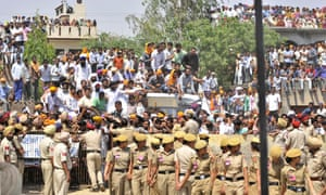 Sarabjit Singh, an Indian prisoner  died after being brutally assaulted in a Pakistani jail, was cremated with full state honours.