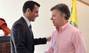 Juan Manuel Santos shakes hands with Henrique Capriles
