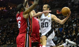圣安东尼奥马刺队的马努吉诺比利在NBA总决赛的第三场比赛中试图通过迈阿密热火的防线。