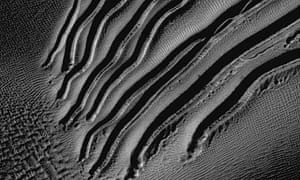 Mars' linear gullies inside Russell Crater
