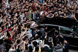 Any guesses who the celebrity at the centre of this melee in Shanghai is? Yup, it's David Beckham
