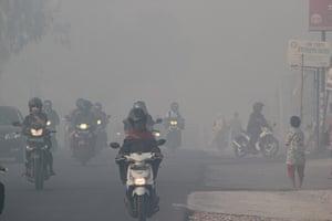 Singapore smog: Indonesian motorists travel under a blanket of haze in Pekanbaru city, Suma