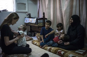 20 Photos: Angelina Jolie visits a family of Syrian refugees