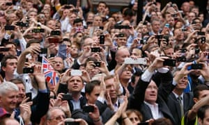 mobile web: picture of crowd with smartphones